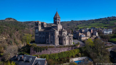 Auvergne : L'église de Saint-Nectaire en drone
