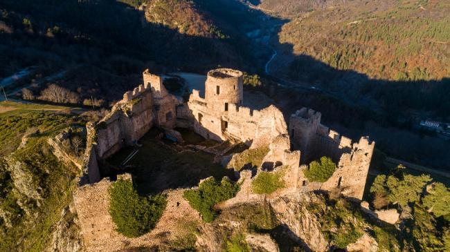 Forez : Le Château de Couzan - Un chateau au coeur des Monts du Forez